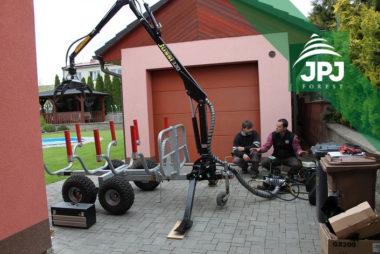 Dodání a instalace hydraulické ruky Vahva Jussi 320 na malý vyvážecí vlek domácí výroby